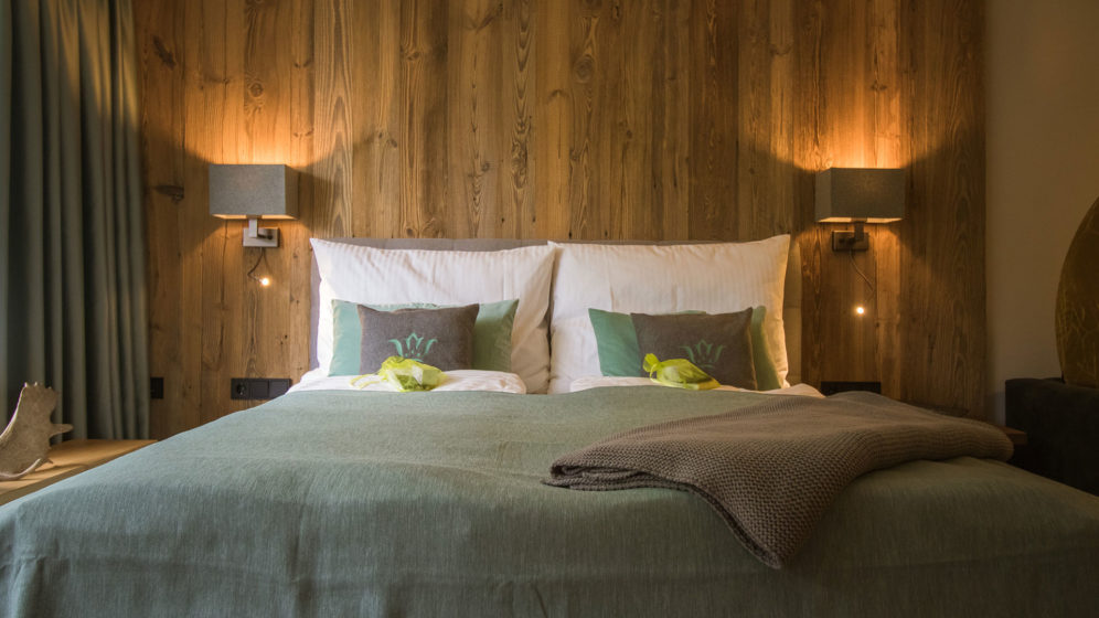 Boxspringbett für 2 Personen mit Altholzwand - Schlafzimmer