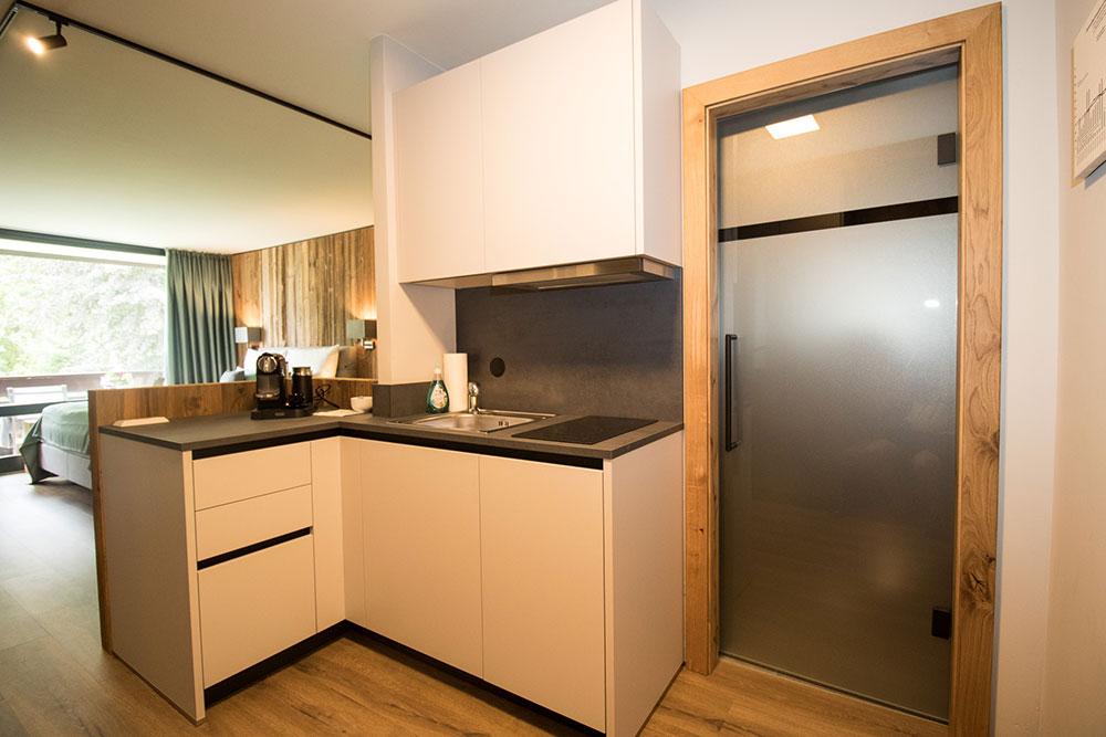 Küche mit Kochfeld, Geschirrspüler, Dunstabzug und Spüle
