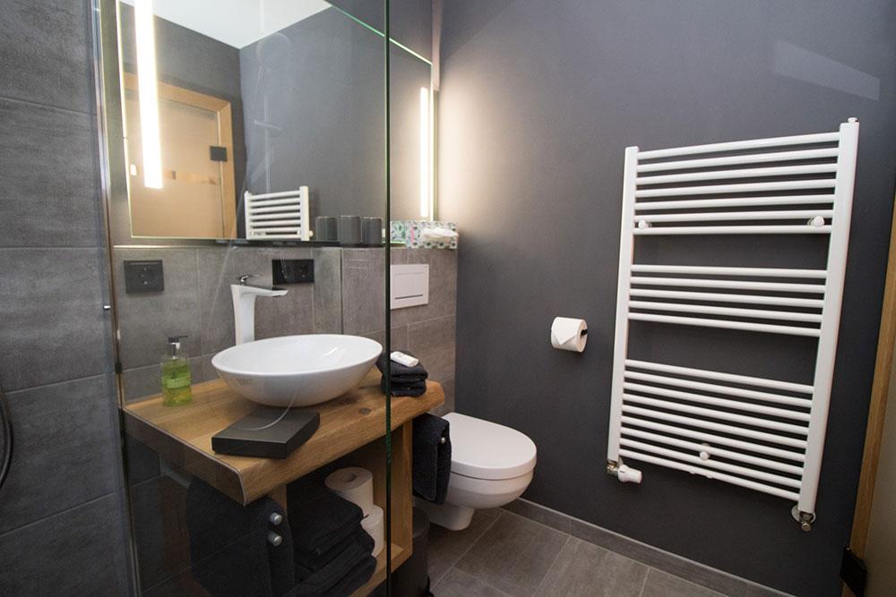 Badezimmer - Waschtisch, Toilette und Handtuchtrockner