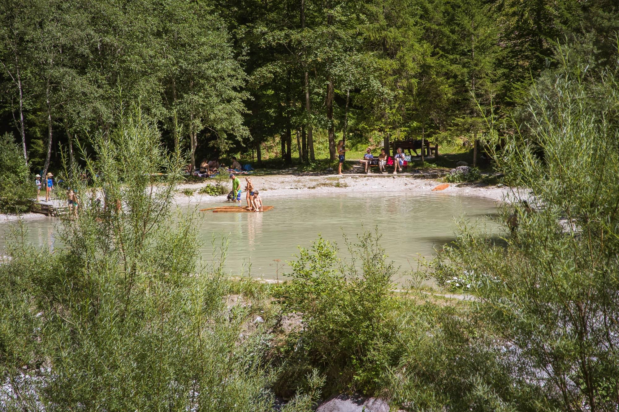 Naturbaden mit Floß im Vorderkaser