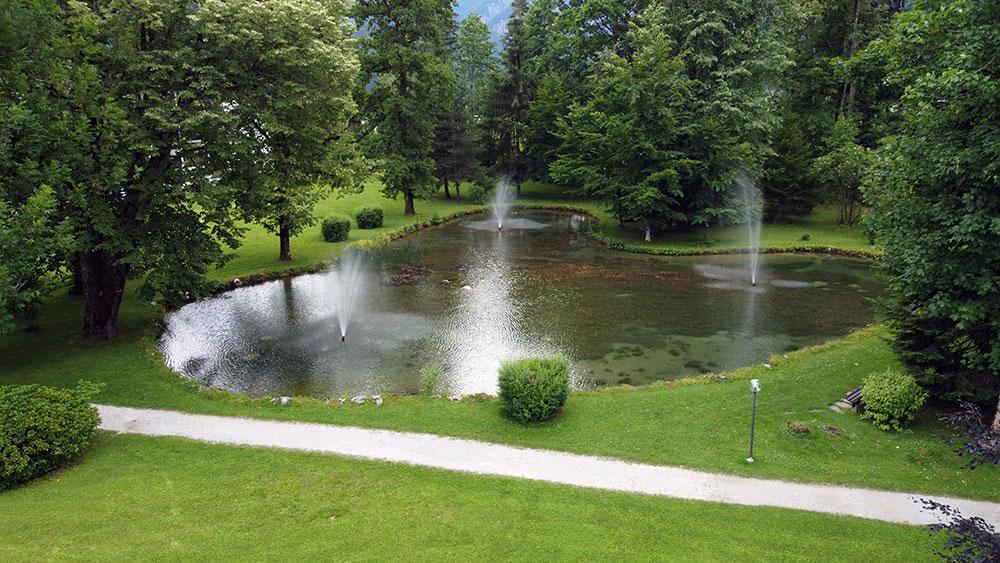 Springbrunnen im Schlosspark mit Fischen